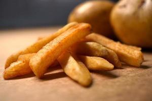 pommes frites på papper bakgrund foto