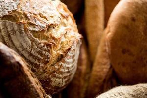 olika bröd till salu.