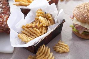chips och hamburgare foto