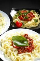 spaghetti bolognese med basilika foto