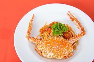 spaghetti med tomatsås och ångade krabbor foto