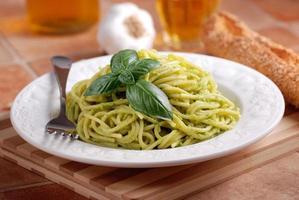 spaghetti med pestosås foto