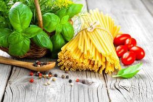 färsk pasta och italienska ingredienser foto