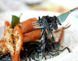 svart pasta spagetti med skaldjur foto
