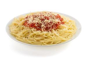 pasta spagetti makaroner på vitt foto