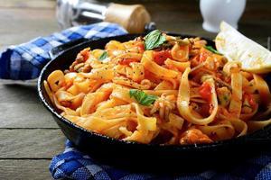 spaghetti med sås och skaldjur foto