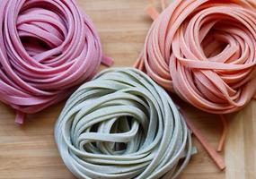 färgglad pasta tagliatelle på bordet foto