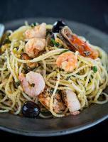 italiensk pasta aglio olio med havsfrukt foto
