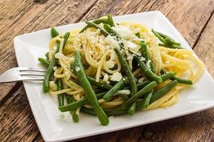 spaghetti med vitlökolja och gröna bönor från Italien foto