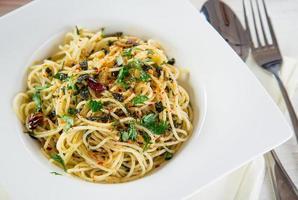 italiensk pasta aglio olio foto