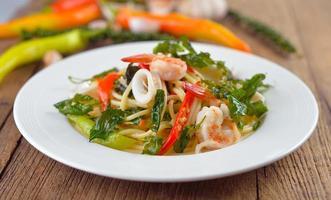 spaghetti kryddig skaldjur med ört foto