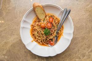 spagetti tomatsås med bacon och torkad chili foto