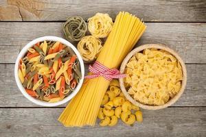pasta på träbord foto