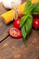 italiensk spagettipasta och basilika foto