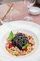 svart bläckfisk bläckpasta med skaldjur foto