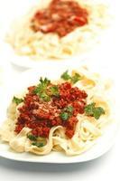 tallrikar med spaghetti bolognese foto