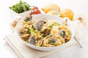 pasta med musslor på vit bakgrund foto