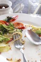 vit platta med smulor mat