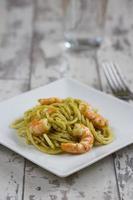spaghetti med pesto och räkor foto