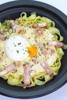 färsk pasta carbonara med skinka och ost foto