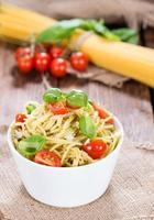 del spaghetti med pesto foto