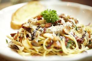 närbild grönsaker och spaghetti foto