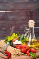 grönsaker, kryddor och pasta foto