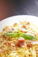 spaghetti carbonara med stekt bacon foto
