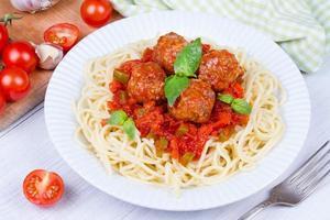 spaghetti med köttbullar i tomatsås foto