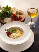 italiensk pasta med vitt vin foto
