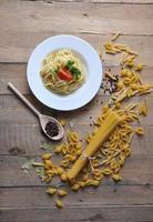 spaghetti på en tallrik med tomat foto