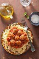 spaghetti med köttbullar i tomatsås
