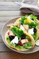 tortilla med fisk och grönsaker foto