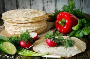 tortillaomslag med grönsaker foto