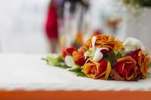 bröllopstårta med blommadekoration foto