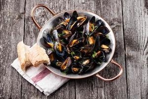 musslor och fransk baguette