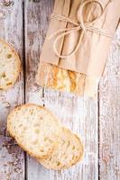 färsk fransk baguette med skivor foto
