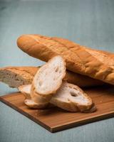 färskt bröd på trä foto