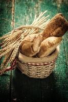 färskt bröd på träbord, vintage filter foto