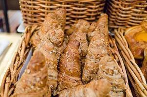 bröd på skrivbordet foto