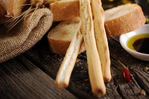italiensk maträtt av brödolivolja och balsamicoäger foto