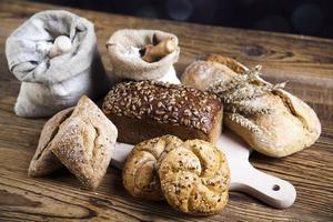 bröd i korgen foto