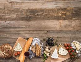 franska snacks på ett träbord foto
