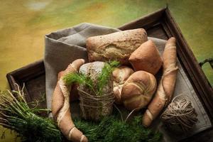 franska bullar variation av vete med grön dill foto