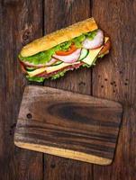 smörgås med salami, ost och grönsaker foto