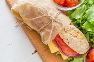 sommarsmörgås med skinka, ost, sallad och tomater, lök, juice foto