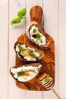 bruschetta med ricotta, honung och basilika foto