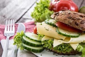 färskgjord ostsmörgås foto