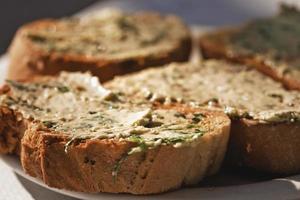 bröd med vitlökssmör foto