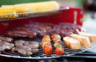 välsmakande mat på grill foto